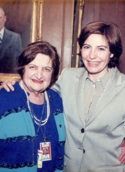 Con Helen Thomas, decana de los corresponsales de la Casa Blanca  (Washington 2000).