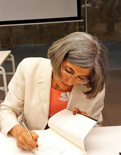 Firmando ejemplares de El poder de tu nombre (2018).